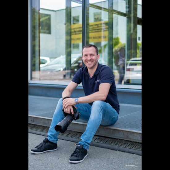 Hallo, ich bin Christian Haidl, Fotograf aus Hutthurm, dem Landkreis Passau aus Niederbayern.  Das Spektrum meiner Dienstleistungen ragt vom Portrait bis zur Immobilienfotografie. Meine Kernkompetenz ist die Hochzeits- und Businessfotografie, hier kann ich noch zusätzliche Specials, wie z. B. eine Fotobox || Selfiebox anbieten.